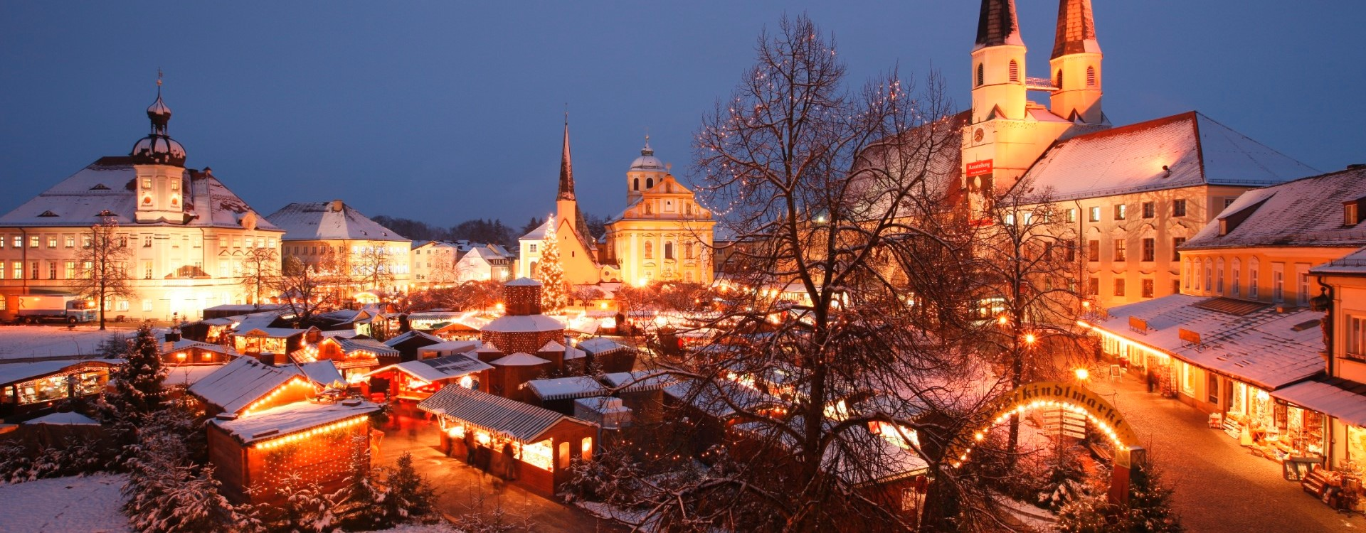 Der Altöttinger Christkindlmarkt am Kapellplatz.